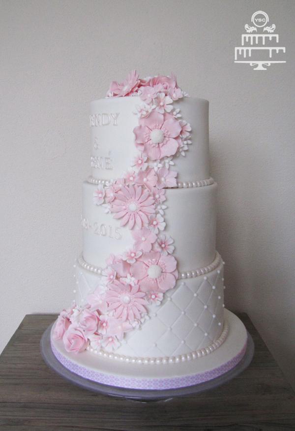 Bruidstaart met roze bloemen • Yummie Sweet Cakes