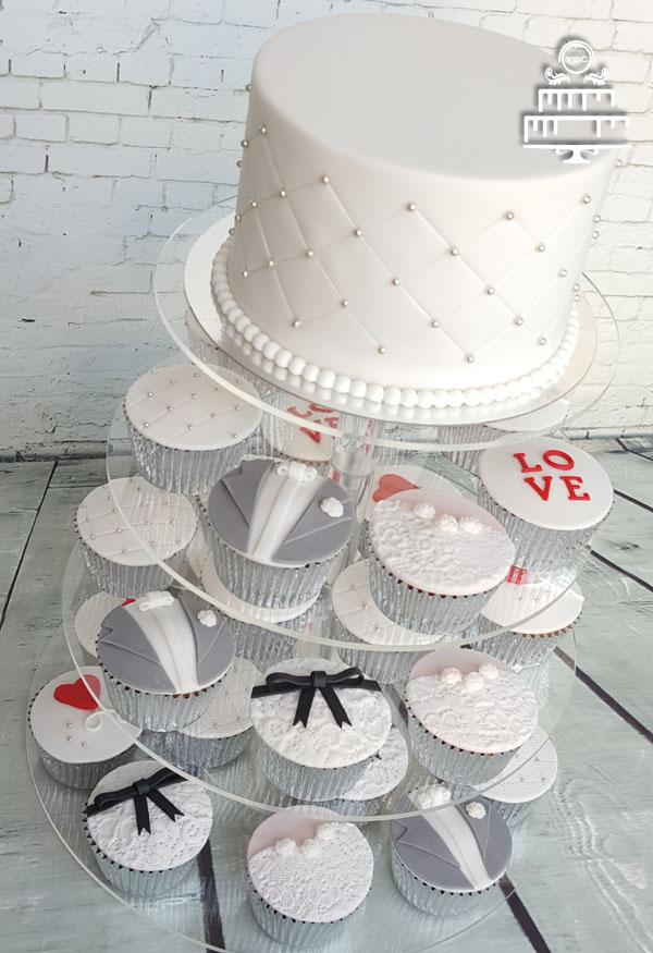 Witte aansnijtaart met cupcakes