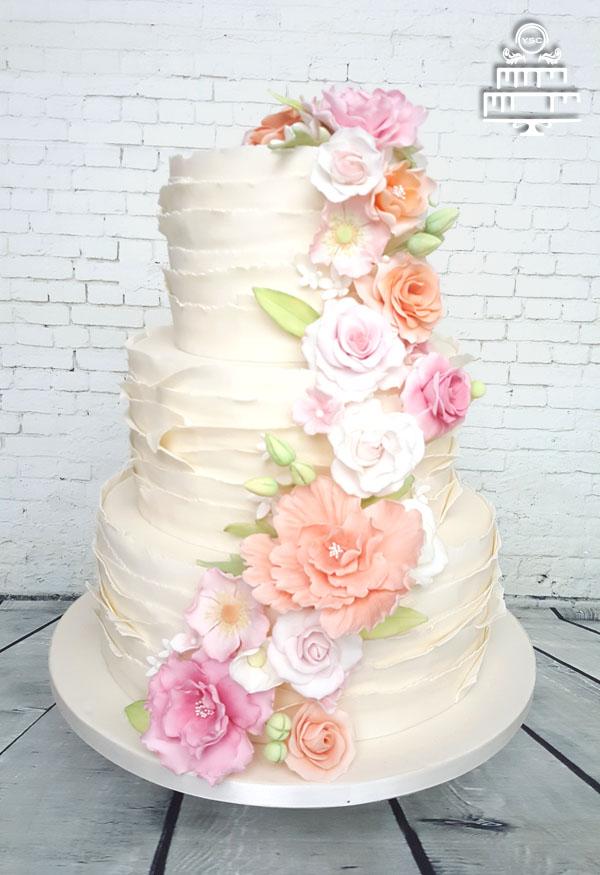 een bruidstaart met suikerbloemen