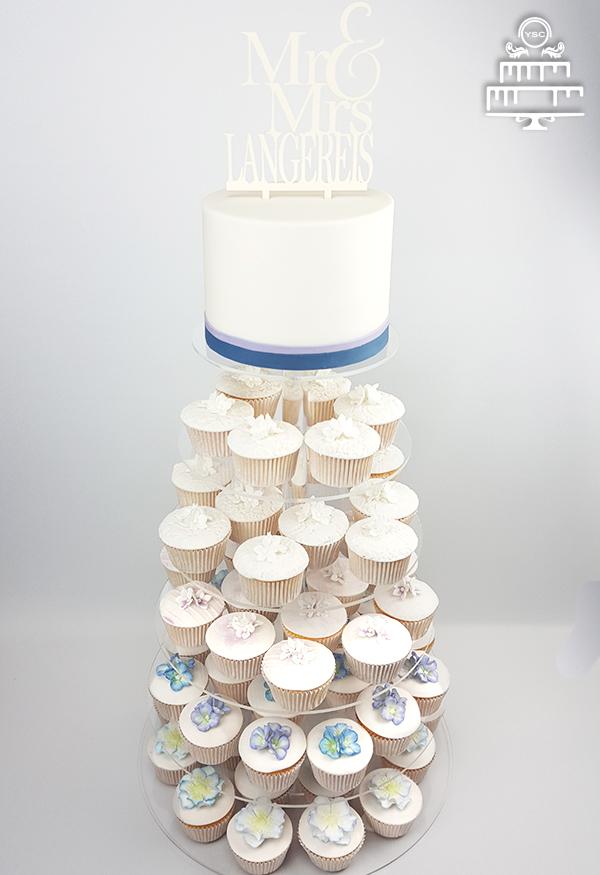 een aansnijtaart met cupcakes voor je bruiloft