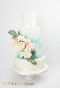 Bruidstaart met suikerbloemen en aqua accent