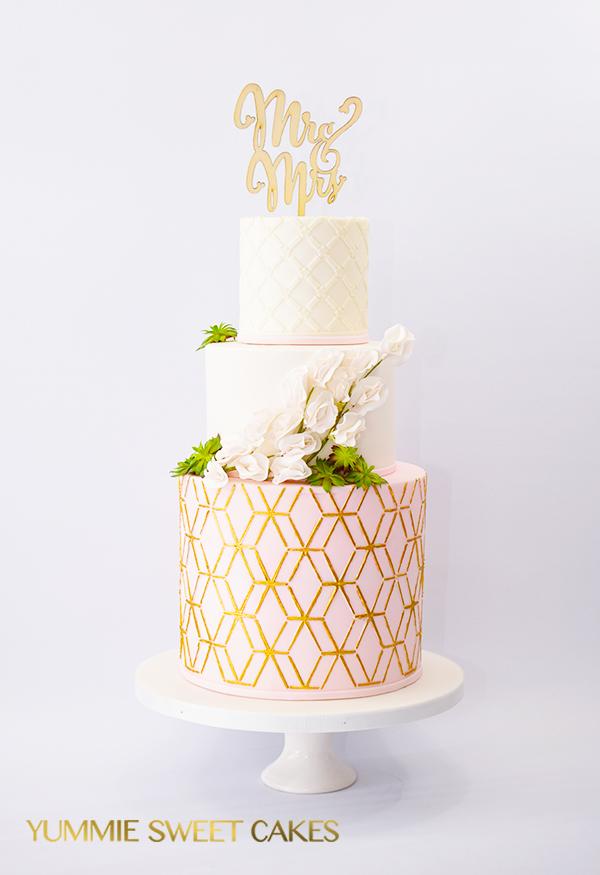 Moderne bruidstaart met gouden laag
