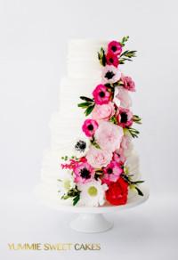 een mooie bruidstaart met bloemen