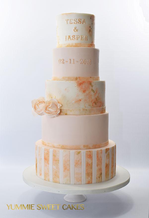 Een grote bruidstaart van 5 lagen