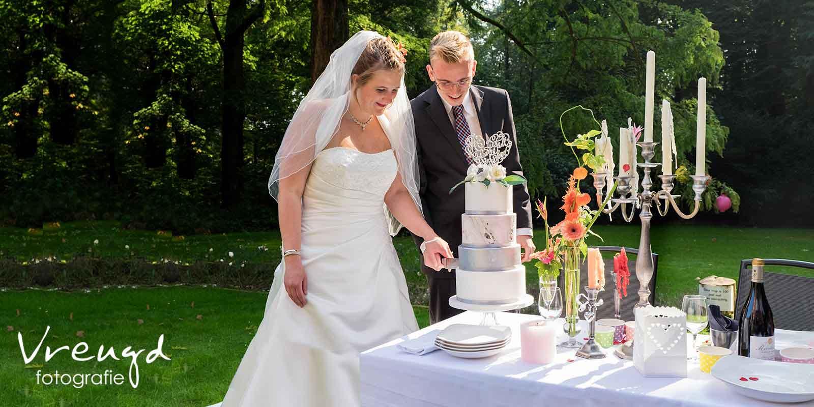 Samen Bruidstaart Aansnijden