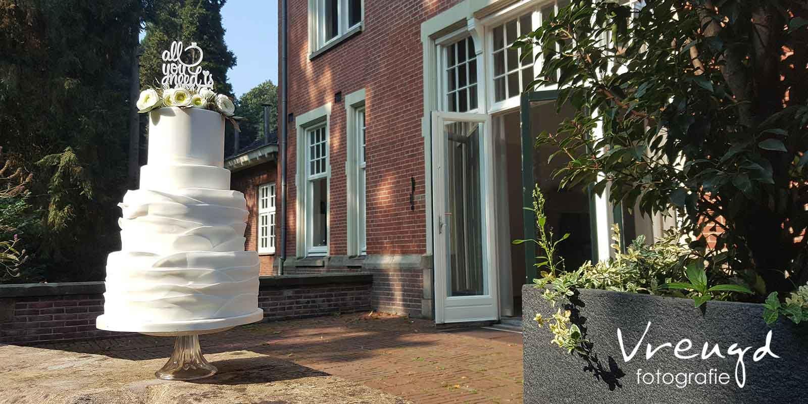 Witte Bruidstaart met Roesjes