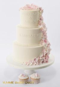 Een 3 lagen waterval bruidstaart