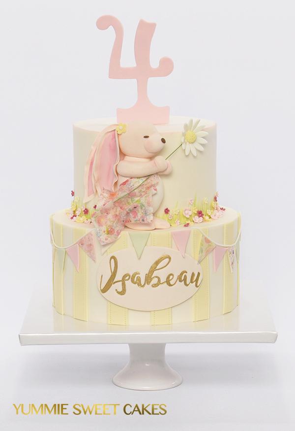 Schattig konijntje op een verjaardags taart