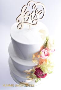 Een bruidstaart met grijs marmer laag