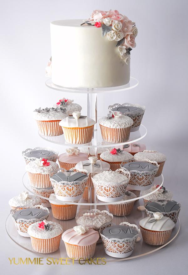 Een kleine aansnijtaart met bijpassende cupcakes
