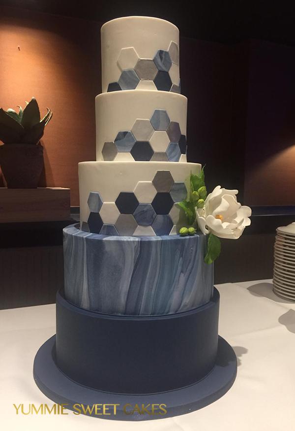 Moderne bruidstaart met donkerblauwe kleuren