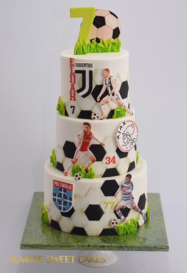 Voetbalhelden op een verjaardagstaart