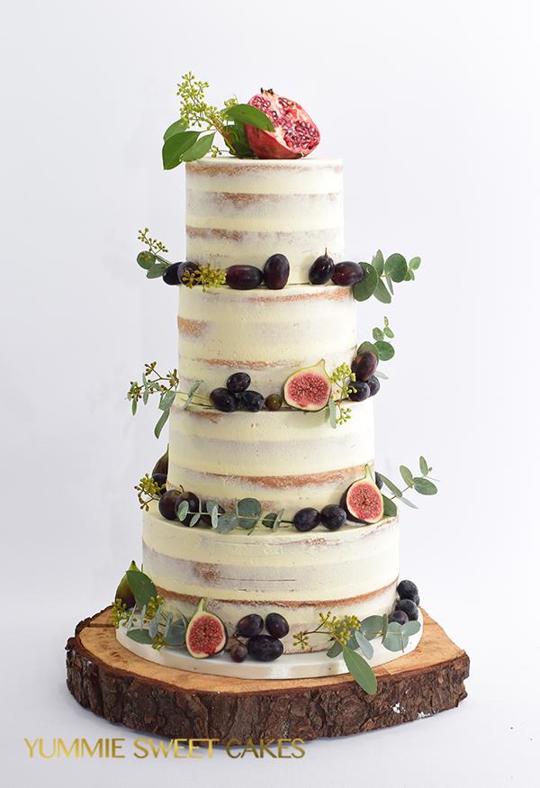 Een naked cake met een overvloed aan fruit