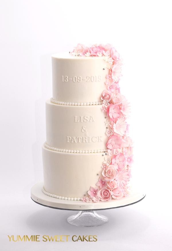 Super romantische trouwtaart met bloemen