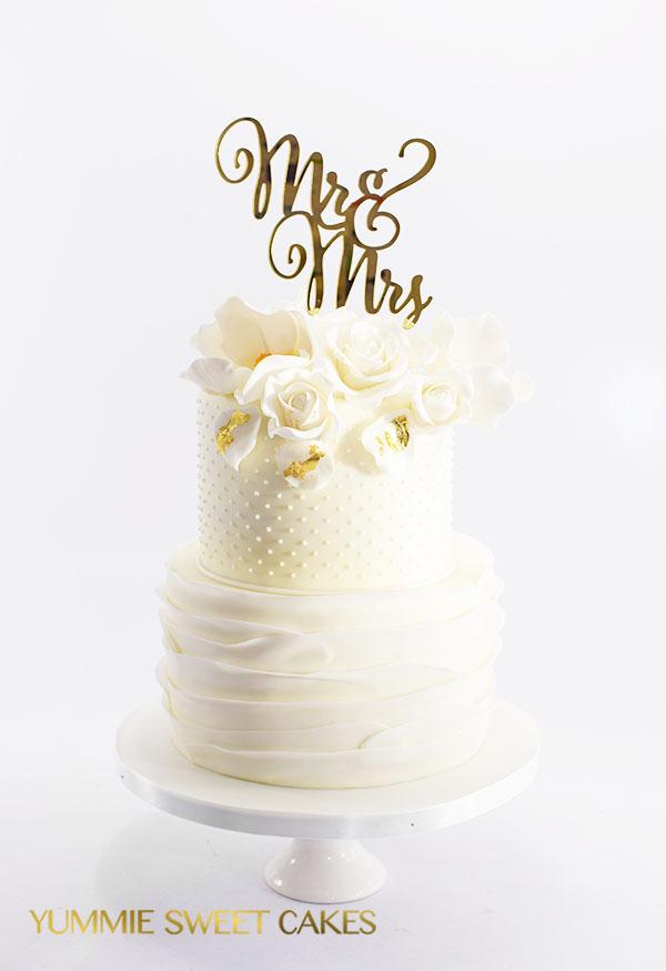 Prachtig witte trouwtaart met witte bloemen
